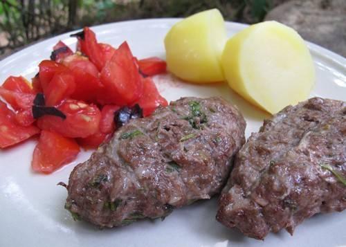 Подаем блюдо, как и шашлык, со свежими овощами. Приятного аппетита!