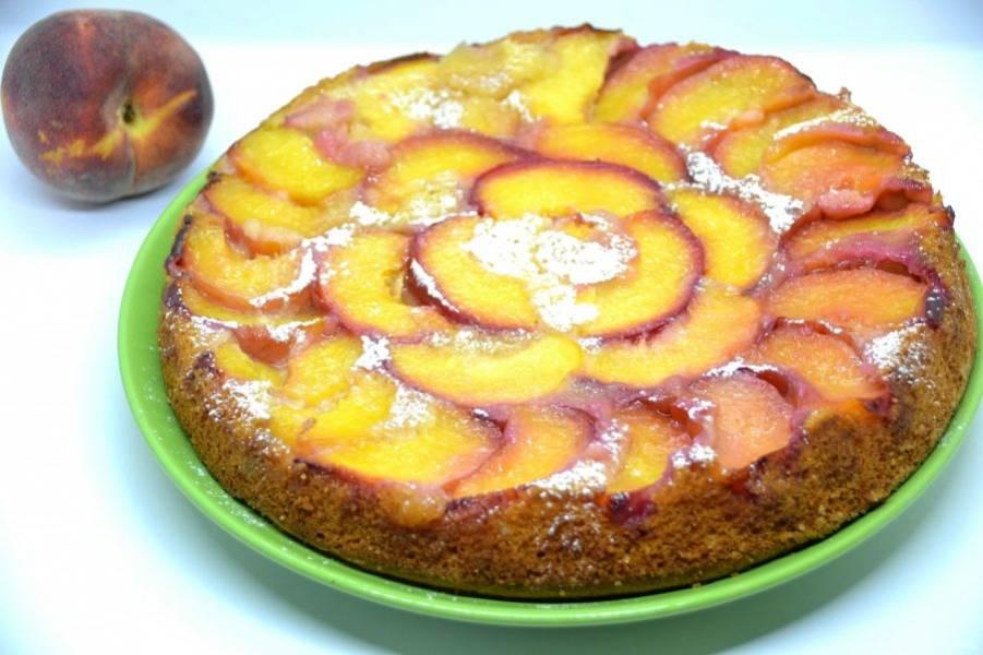 Перед подачей пирог можно присыпать сахарной пудрой, это особенно актуально, если персики не слишком сладкие. Пирог получился ярким, солнечным и очень вкусным. Приятного чаепития!
