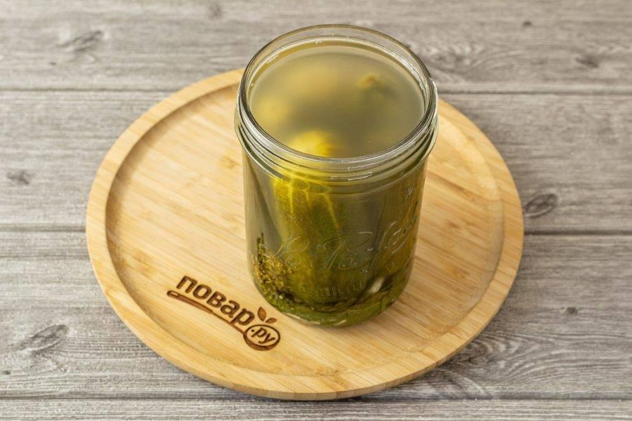 Спустя 2 дня огурцы просаливаются, рассол станет немного мутным и приобретет легкий кислый вкус.
