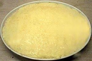 В блюдо для запекания выкладываем половину макарон, сверху поливаем половиной имеющегося соуса. Следующий слой - мясо, опять макароны и соус. Посыпаем блюдо сыром и оставляем в духовке на 20-25 минут.