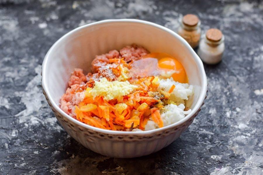 Следом вбейте в миску куриное яйцо. Добавьте в фарш все специи и измельченный чеснок.