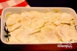 Форму для запекания смазываем сливочным маслом. Выкладываем картофель и заливаем соусом. Накрываем сверху фольгой. Ставим форму в духовку 180 градусов. Тушим картофель около 50 минут.