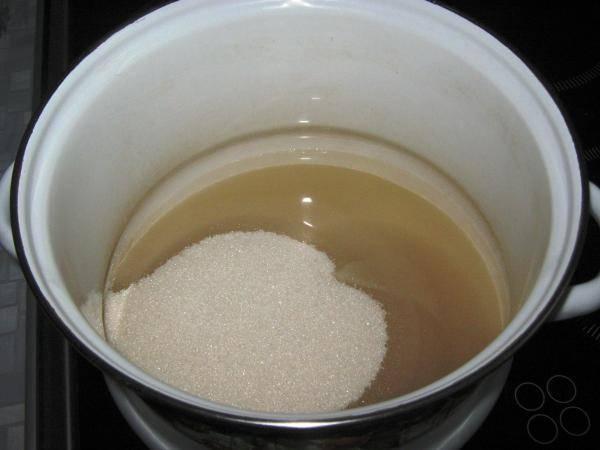 В кастрюле с толстым дном сварим сироп из воды и сахара.