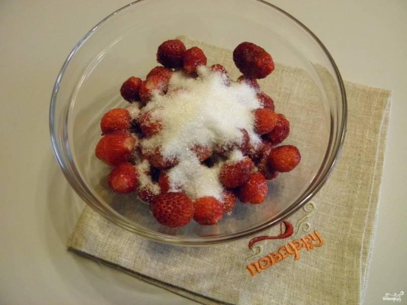 Засыпьте ягоды сахаром, с помощью погружного блендера приготовьте однородное клубничное пюре. Комочков быть не должно.