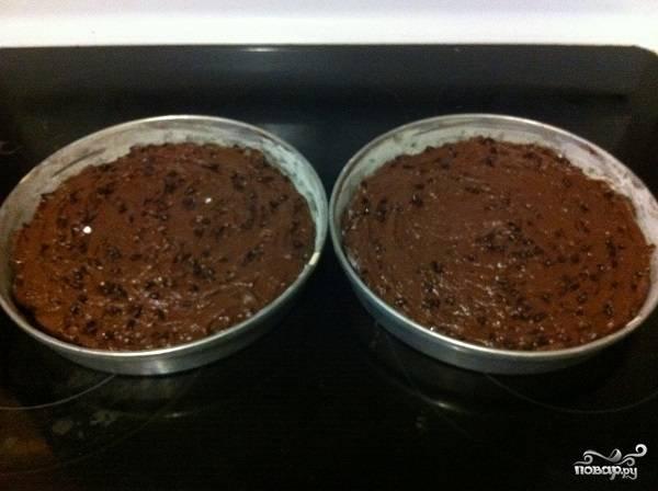 7. Подготовьте две жаропрочные формы. Смажьте их маслом, присыпьте мукой и застелите дно пергаментом. Выложите по половине теста в каждую форму и отправьте в разогретую до 180 градусов духовку на 25 минут.