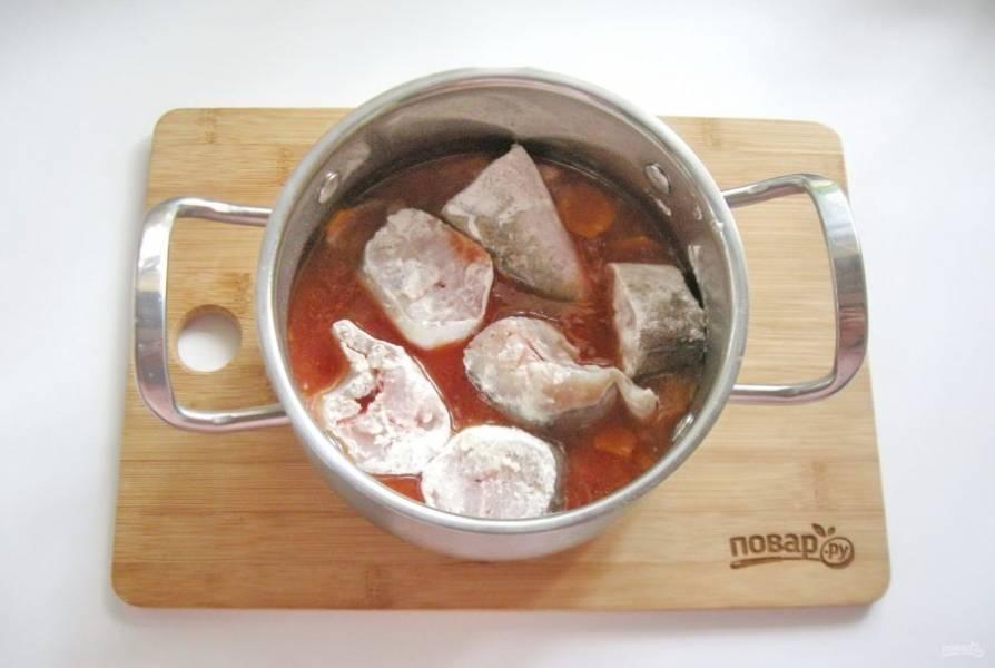 Обваляйте каждый кусочек в муке и выложите в кастрюлю с соусом.