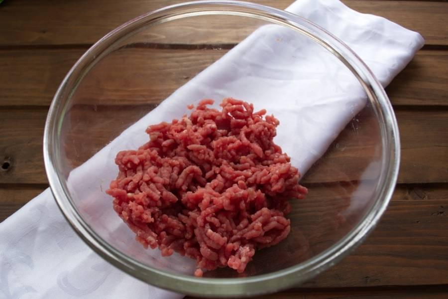 Из говядины приготовьте фарш. Покупной фарш не совсем подходит. Нужен свежий фарш из хорошего мяса без примесей (без сала, хлеба, лука).