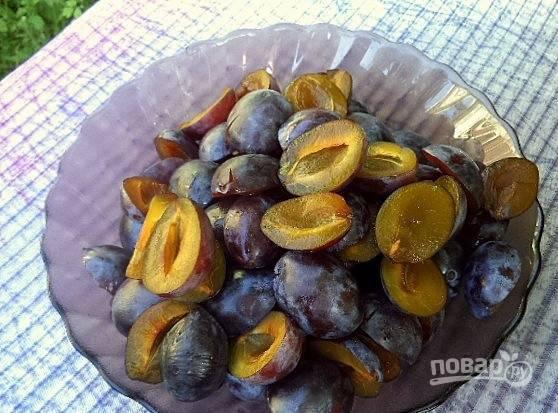 Сливы вымойте, каждый плод разломите на две части. Удалите у слив косточки. Лучше, если вы будете использовать недозревшие плоды и ни в коем случае не перезревшие, мягкие. Измельчите сливы тем же путем, что и болгарский перец.