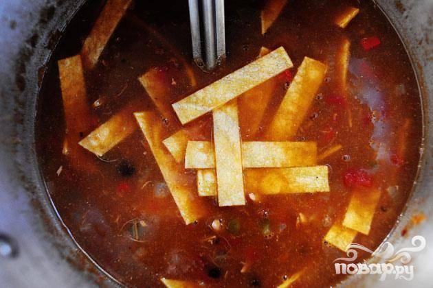 6. Выключить огонь и дать постоять в течение 15-20 минут до подачи на стол. За 5 минут до подачи на стол аккуратно размешать в супе нарезанные кукурузные лепешки. Подавать суп с любым из указанных гарниров.