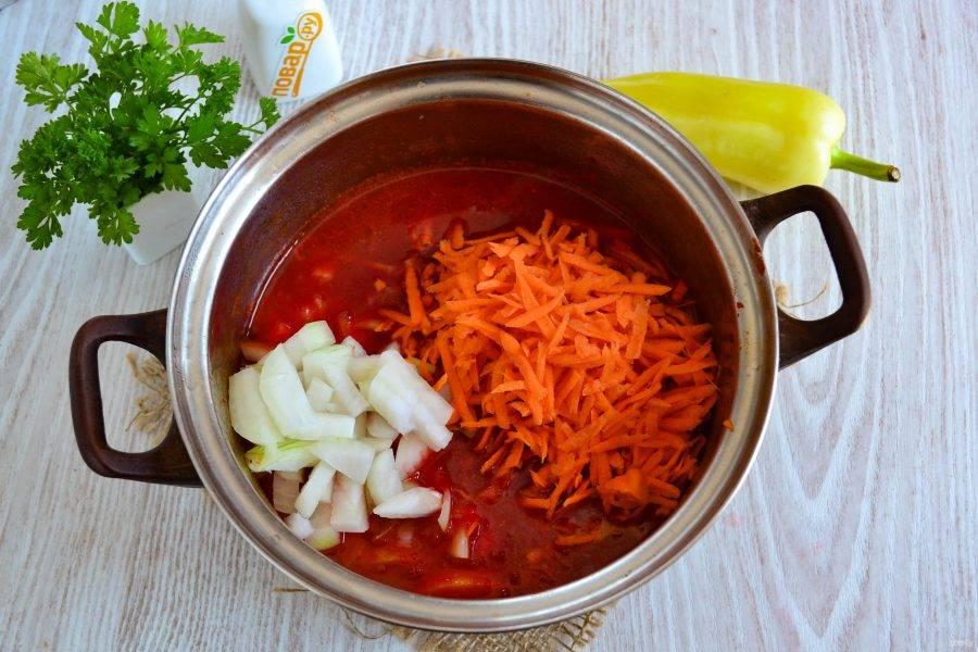 Отправьте лук с морковью в кастрюлю и протушите еще 10 минут.