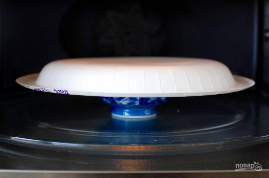 4.Посолите и поперчите, поставьте миску с яйцом в микроволновку и накройте другой тарелкой. Готовьте 30 секунд, после окончания приготовления оставьте еще на 30-60 секунд.