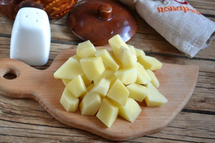3. Картофель порежьте на небольшие кусочки, как вы режете в суп.