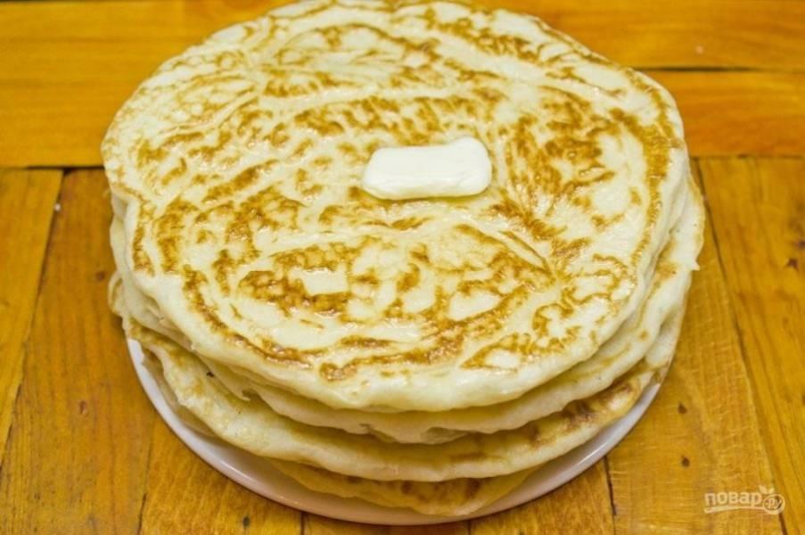 8.Выложите блинчики на тарелку и перемажьте кусочком сливочного масла. Приятного аппетита!
