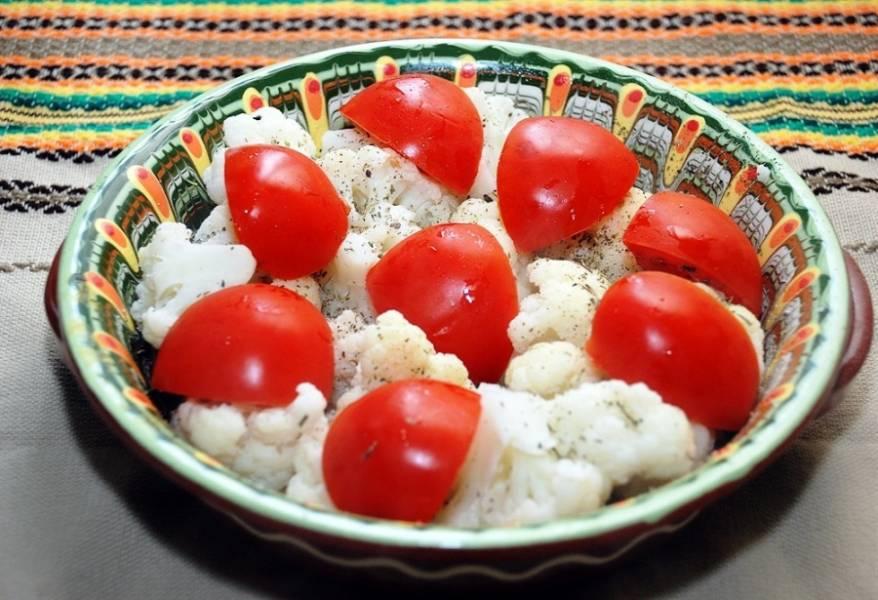 Смажьте форму для запекания, выложите капусту, добавьте специи и соль по вкусу. Сверху разложите дольки помидоров.