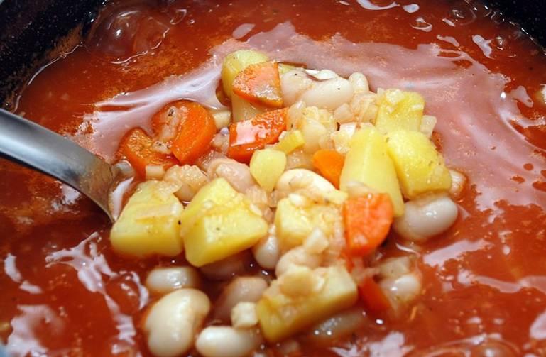 Перемешиваем и варим суп на медленном огне еще 5 минут.