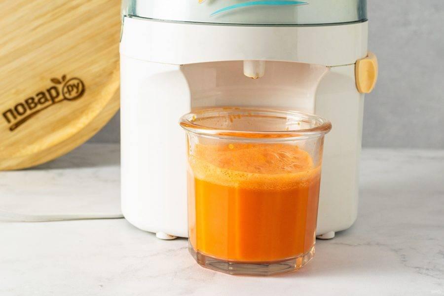 С помощью соковыжималки отожмите сок из моркови.