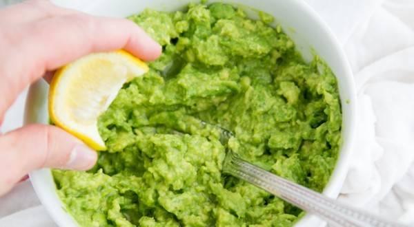 Авокадо заправить лимонным соком, специями и перемешать.
