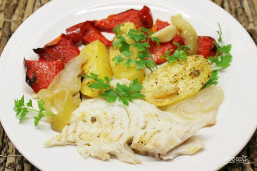 Печеные овощи выкладываем на тарелки. Рыбу филируем и добавляем к овощам. Приятного аппетита!