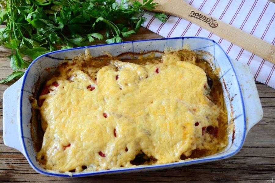 Как только сыр хорошо расплавится и слегка поджарится, блюдо можно вынимать из духовки. Дайте ему слегка остыть и подавайте к столу.