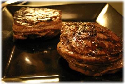 Снимите миньоны с огня и дайте отдохнуть говядине 5 минут, накрыв тарелку фольгой с отверстием для выхода пара.