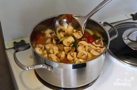 Добавляем грибы и рыбный соус. Варим 4-5 минут.