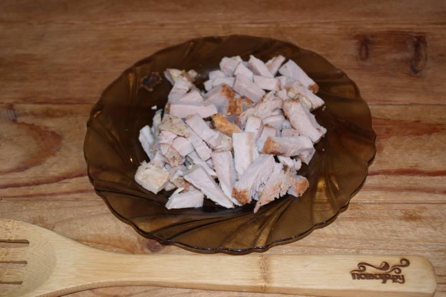 Готовое мясо нарезаем небольшими кусочками.