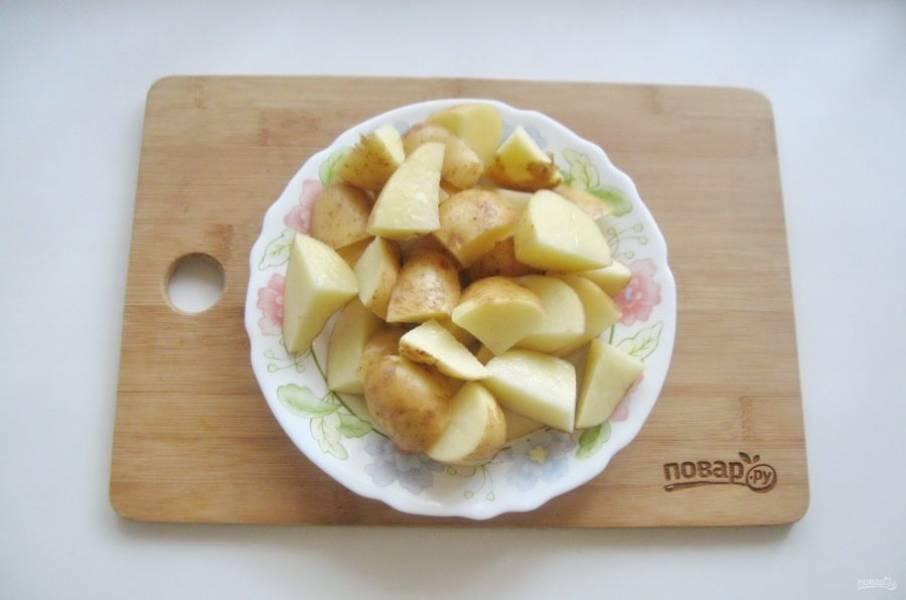 Картофель тщательно помойте и нарежьте не очень мелко. Молодой картофель можно не чистить.