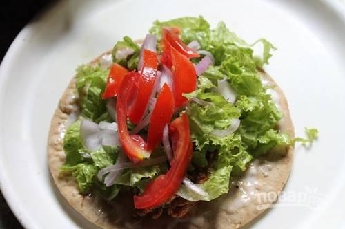 15.Добавьте нарезанный салат, лук и томаты.