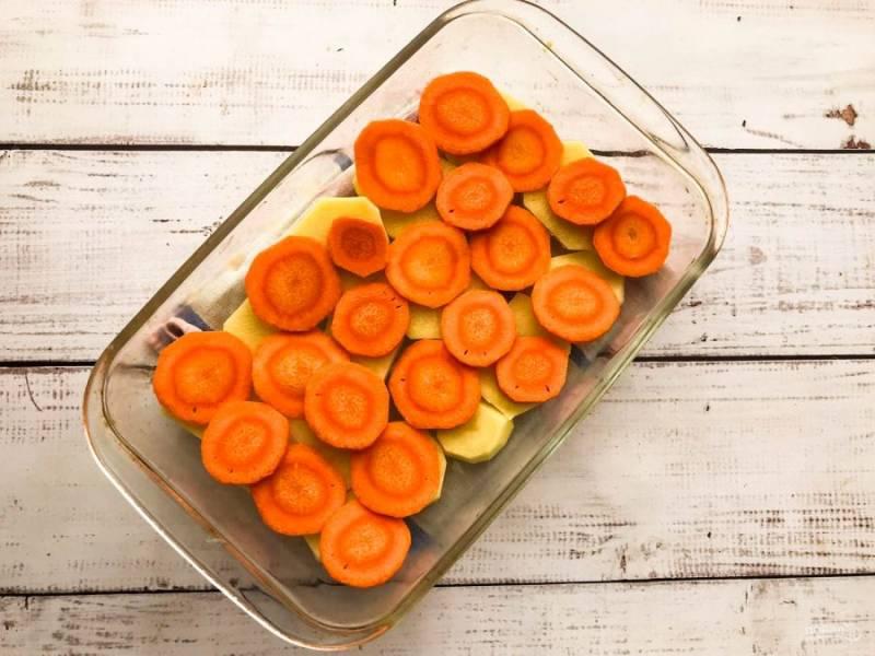 Морковь очистите, нарежьте кружочками и выложите поверх картофеля.