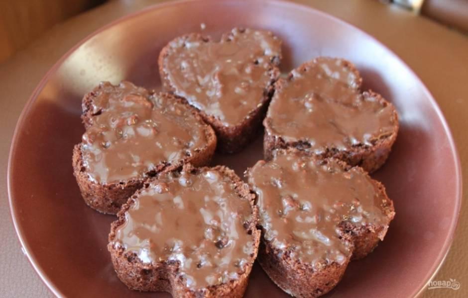 8.Шоколад разламываю и заливаю молоком, растапливаю в микроволновой печи и размешиваю, покрываю полученной смесью пирожные.