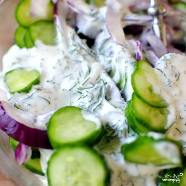 Смешиваем овощи с приготовленным нами сметанным соусом.