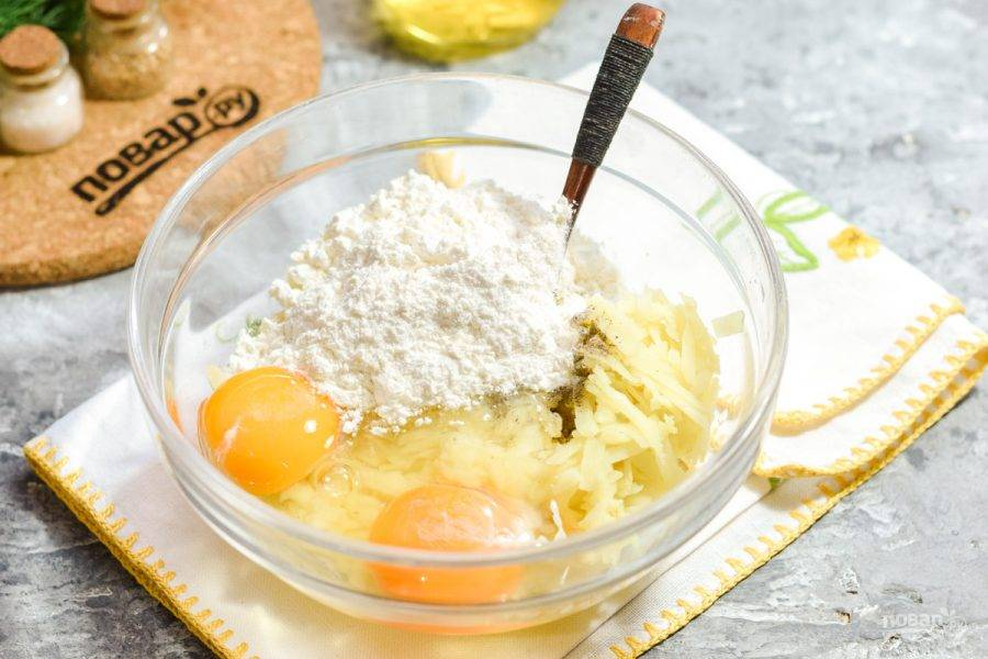 Добавьте в миску куриные яйца, пшеничную муку.