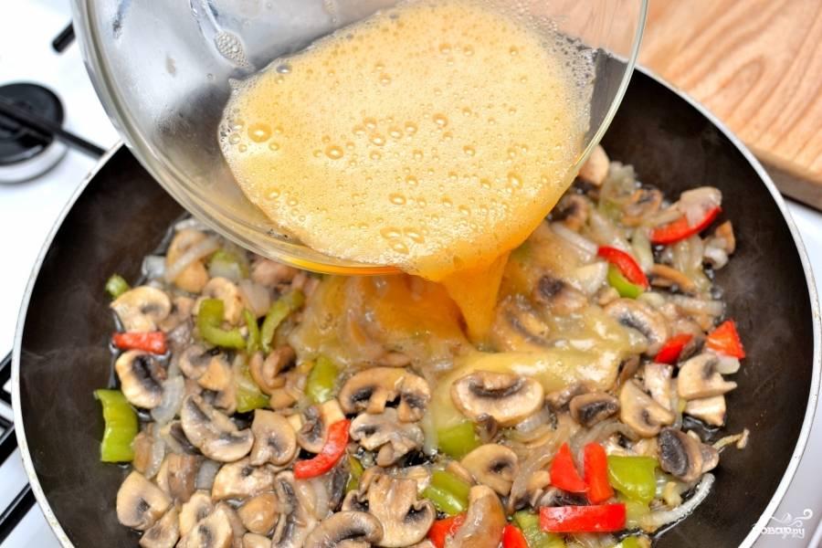 Залейте яичной массой овощи с грибами.