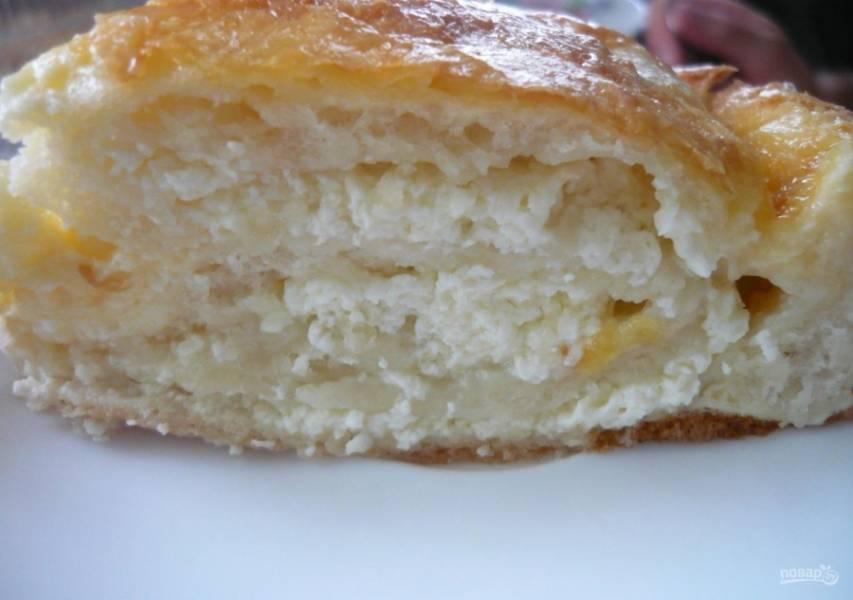 8.Готовый пирог достаю из духовки и нарезаю порционно, он получился невероятно нежным и мягким.