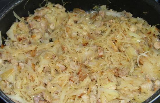 Нашинкуйте капусту (мелко), добавьте на сковороду и тушите до готовности. Соль и перец по вкусу.