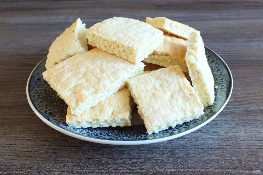 Готовое охлажденное печенье переложите на блюдо.