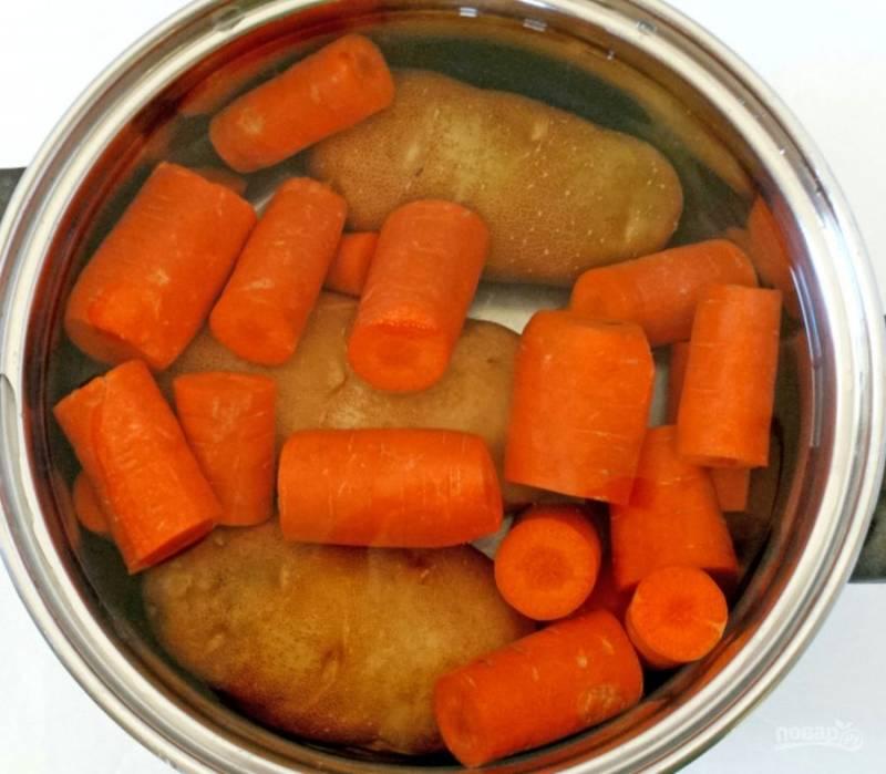 1.Мою картошку и морковку, затем помещаю их в кастрюлю и заливаю холодной водой, отправляю кастрюлю на огонь и варю овощи после закипания 40 минут.