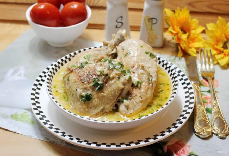 Курица по-грузински чкмерули готова. Подавайте с соусом.