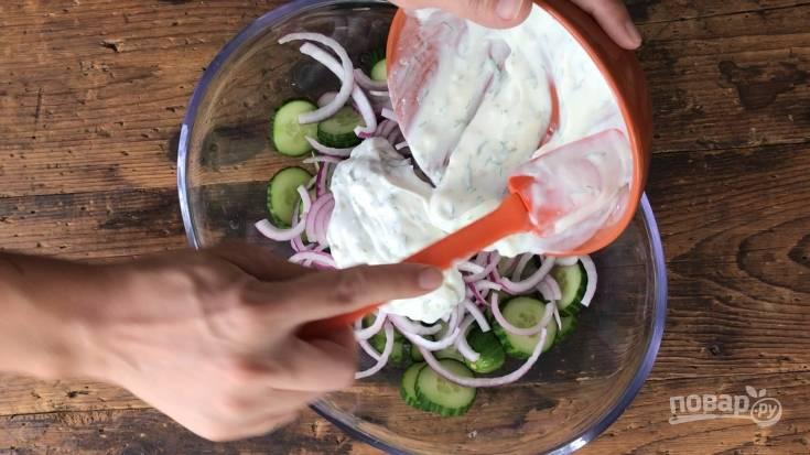 2. Сделайте заправку, смешав сметану с уксусом, солью, сахаром, мелко нашинкованным чесноком и укропом.