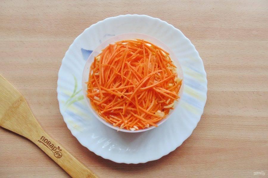 Выложите салат слоями в такой последовательности: отварная курица, ананас, яйца. Каждый слой смажьте майонезом, а слой курицы и яиц посолите. На яйца выложите корейскую морковь и тоже смажьте майонезом.