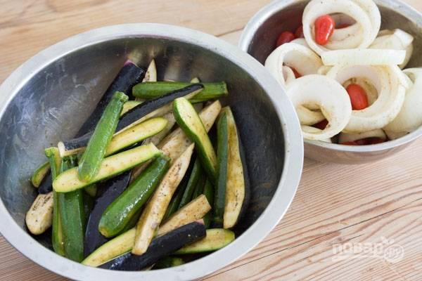 1.Для маринада: в чаше блендера смешайте 0,5 стакана оливкового масла, бальзамический уксус, измельченные свежие листья тимьяна, 2 дольки чеснока, соль. Вымойте кабачки, баклажаны и черри, очистите лук. Нарежьте маленькие кабачки вдоль пополам, баклажаны нарежьте вдоль на 4 части. Луковицу нарежьте толстыми полукольцами. Сложите овощи в миску и влейте половину приготовленного маринада.