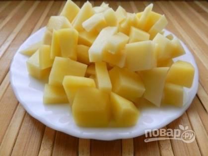 Очищенный картофель нарезаем кубиками, но уже размером побольше.