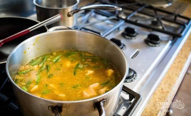 4.Разрежьте стейк семги кусочками и переложите в кастрюлю после закипания, варите несколько минут.