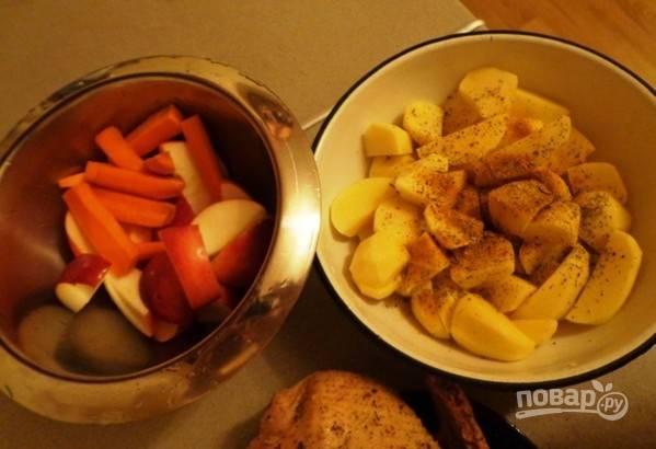 После этого подготовьте картофель: нарежьте его, почистите, промойте и добавьте соль с перцем. Яблоки нашинкуйте дольками, очищенную морковь - толстыми полосками, чеснок - мелко порежьте.