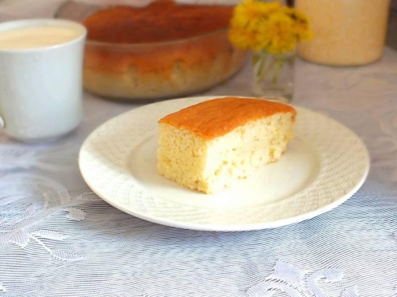 Готовый бисквит нарежьте порционно и подавайте к столу. Приятного аппетита!