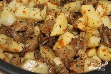 Почистите, помойте и нарежьте кубиками картофель. Добавьте его к остальным ингредиентам. Туда же отправьте специи, лавровый лист, соль, перемешайте и влейте воду.