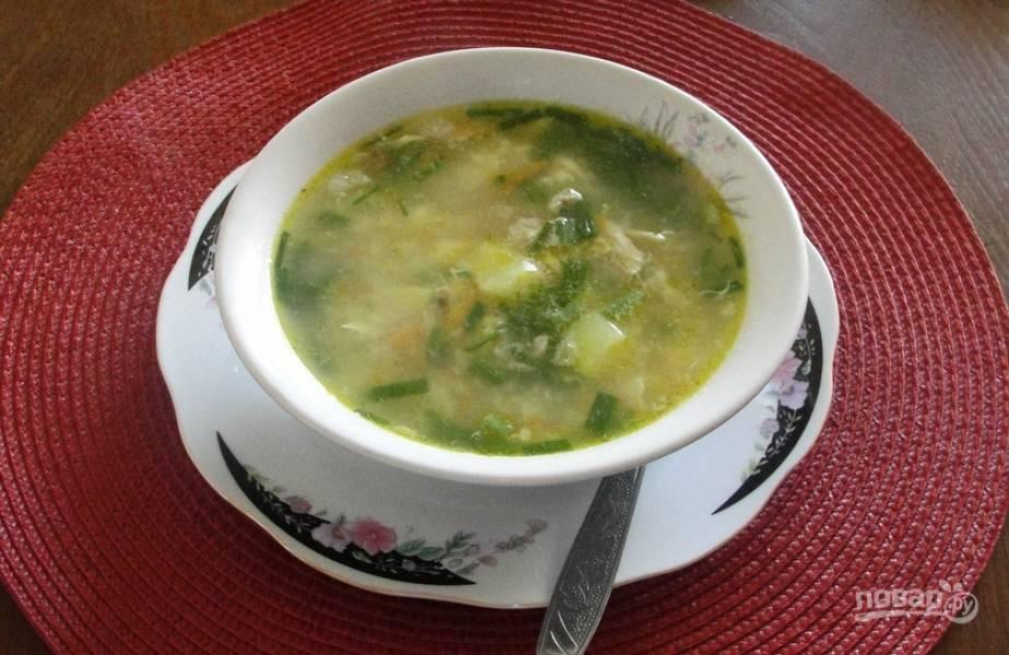 Разливаем суп по тарелкам, украсив зеленью. Приятного аппетита!