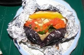 4. Теперь можно выкладывать их на гриль и жарить около 20 минут до готовности. Если у вас нет возможности пожарить на мангале или гриле, отправьте просто овощи в духовку на полчаса.