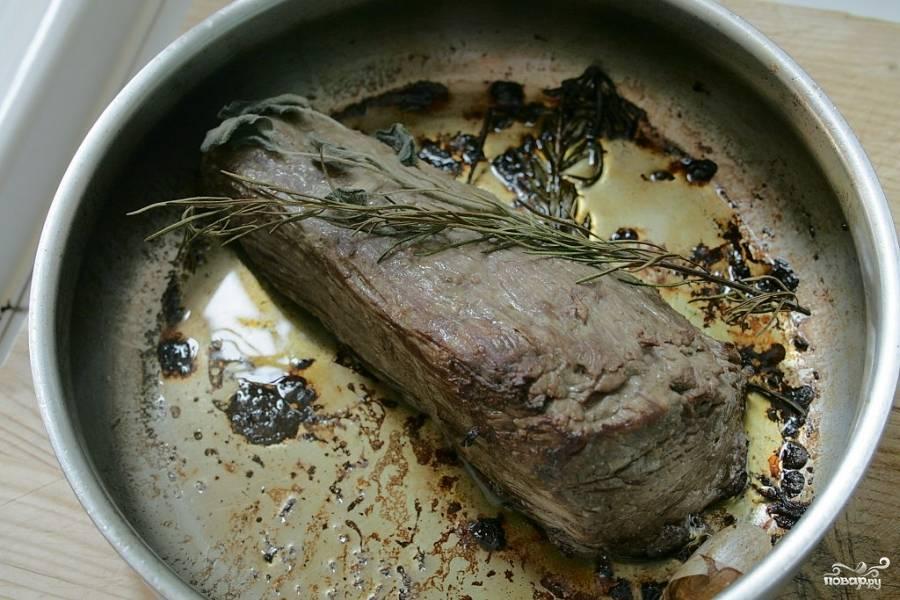 Затем поставьте говяжью вырезку выпекаться в разогретую на 180-200 градусов духовку 25-30 минут.