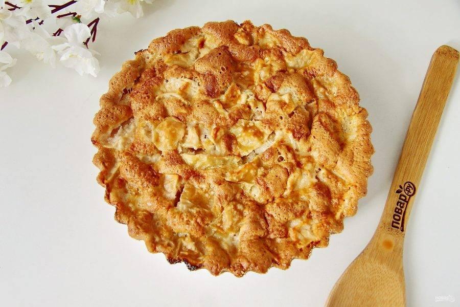Готовой ленивой шарлотке дайте немного остыть, а затем переложите пирог на сервировочное блюдо.